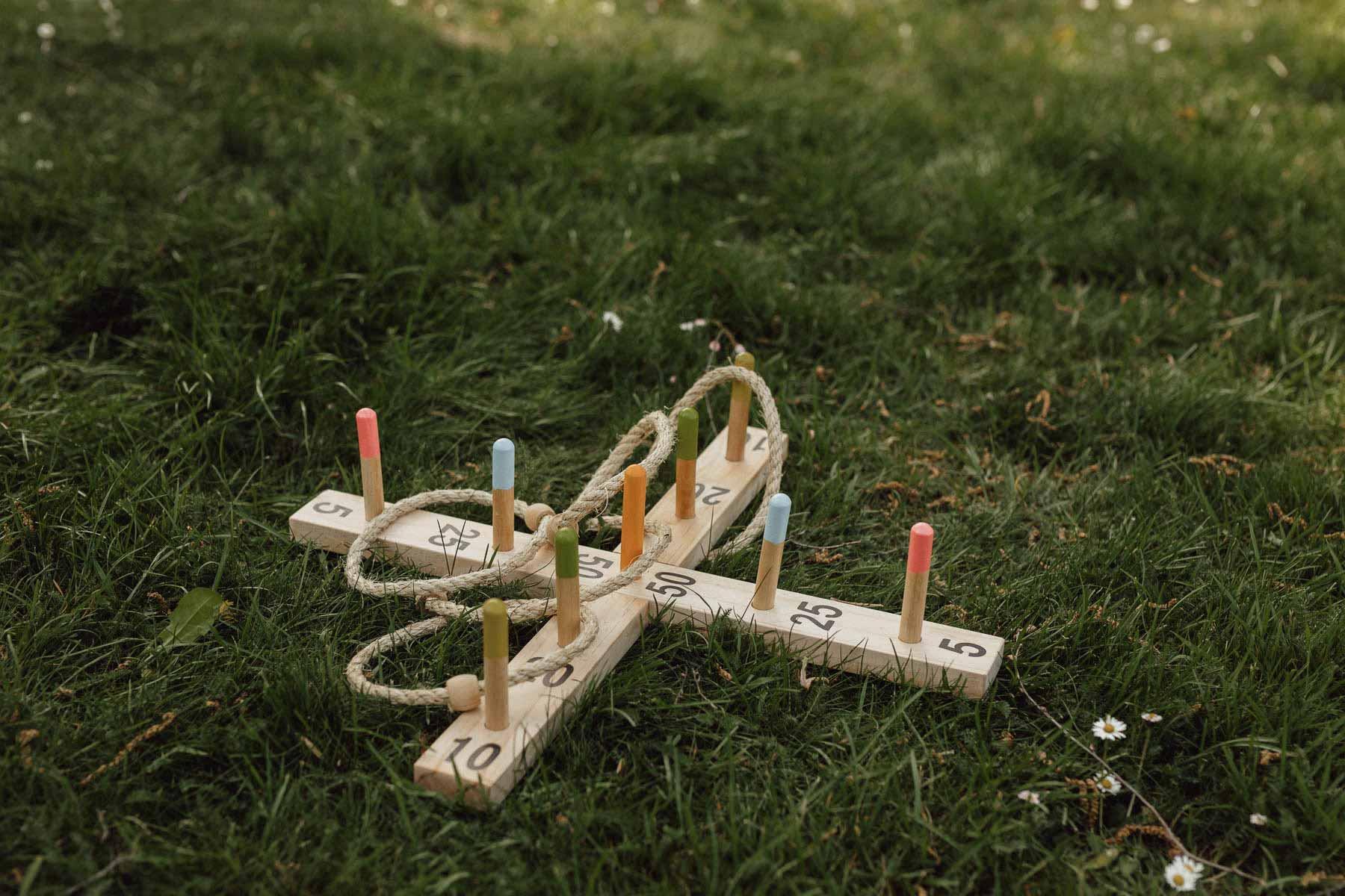 Kinder bei der Hochzeitsfeier: Outdoor Spielplatz mit Ringe werfen