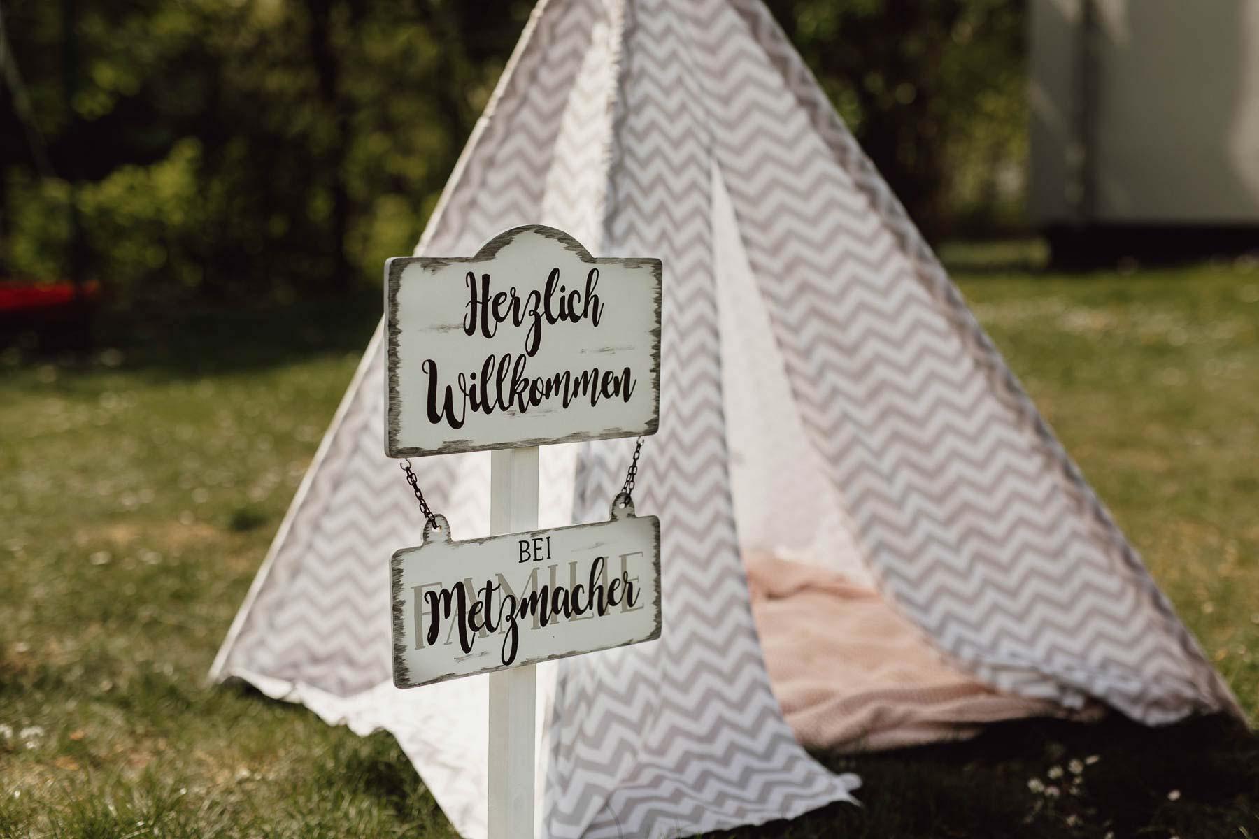 Kinder bei der Hochzeitsfeier: Outdoor Spielplatz mit einem Schild zur Begrüßung als Deko