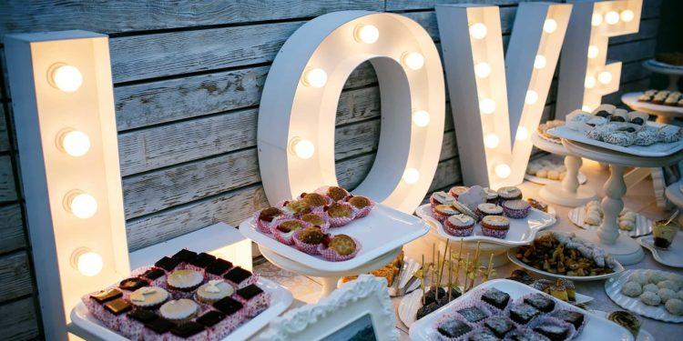 Leuchtbuchstaben für die Hochzeit: Perfekt für die Deko