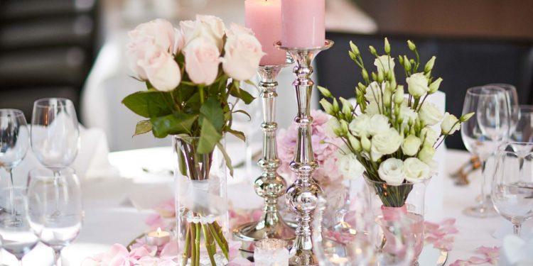 Übersicht mit Gläser und Vasen für die Tischdeko bei der Hochzeit