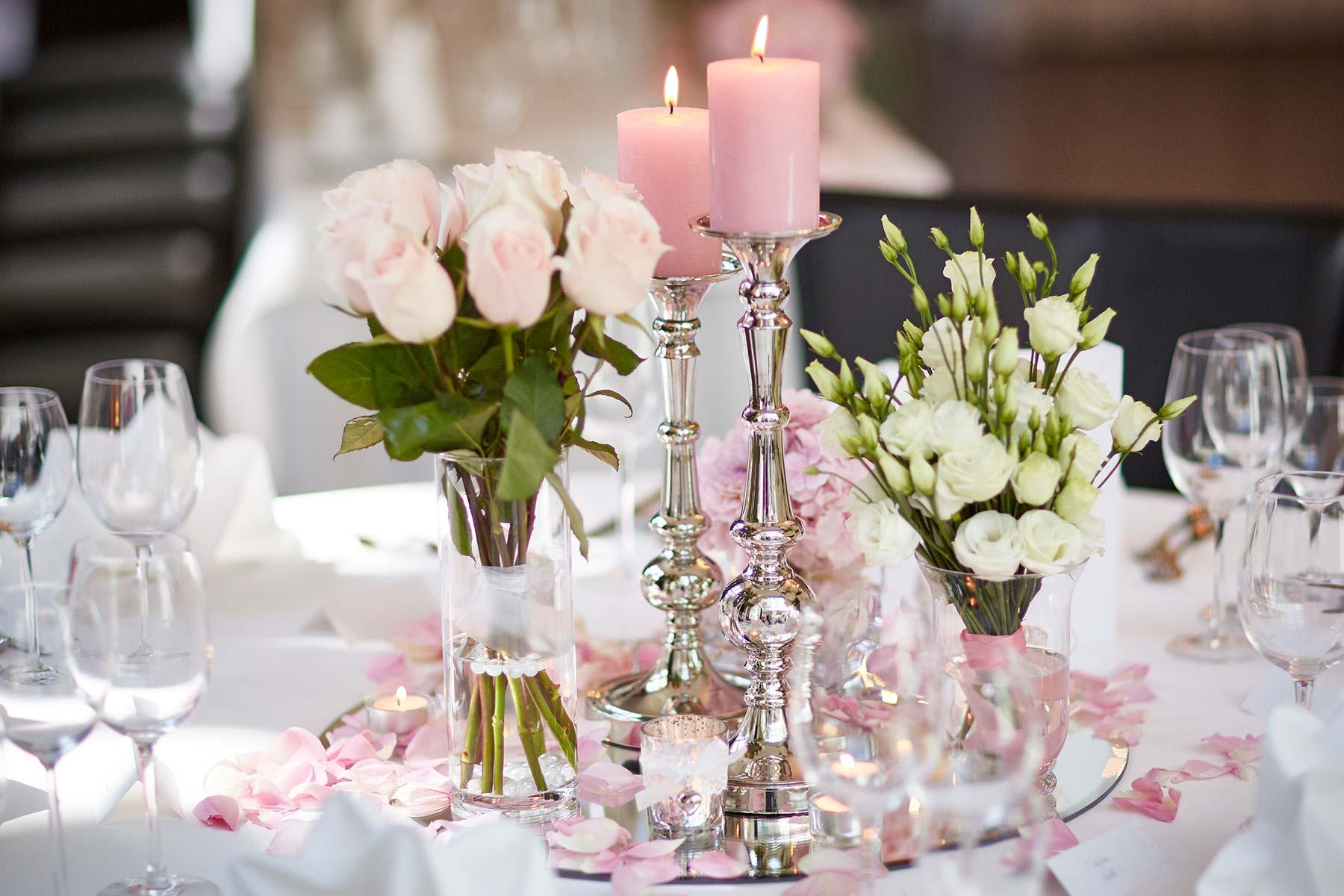 Übersicht mit Gläser und Vasen für die Tischdeko bei der