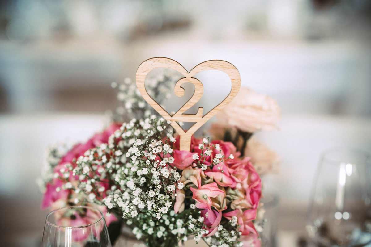Tischnummer als Blumenstecker bei der Vintage Hochzeit
