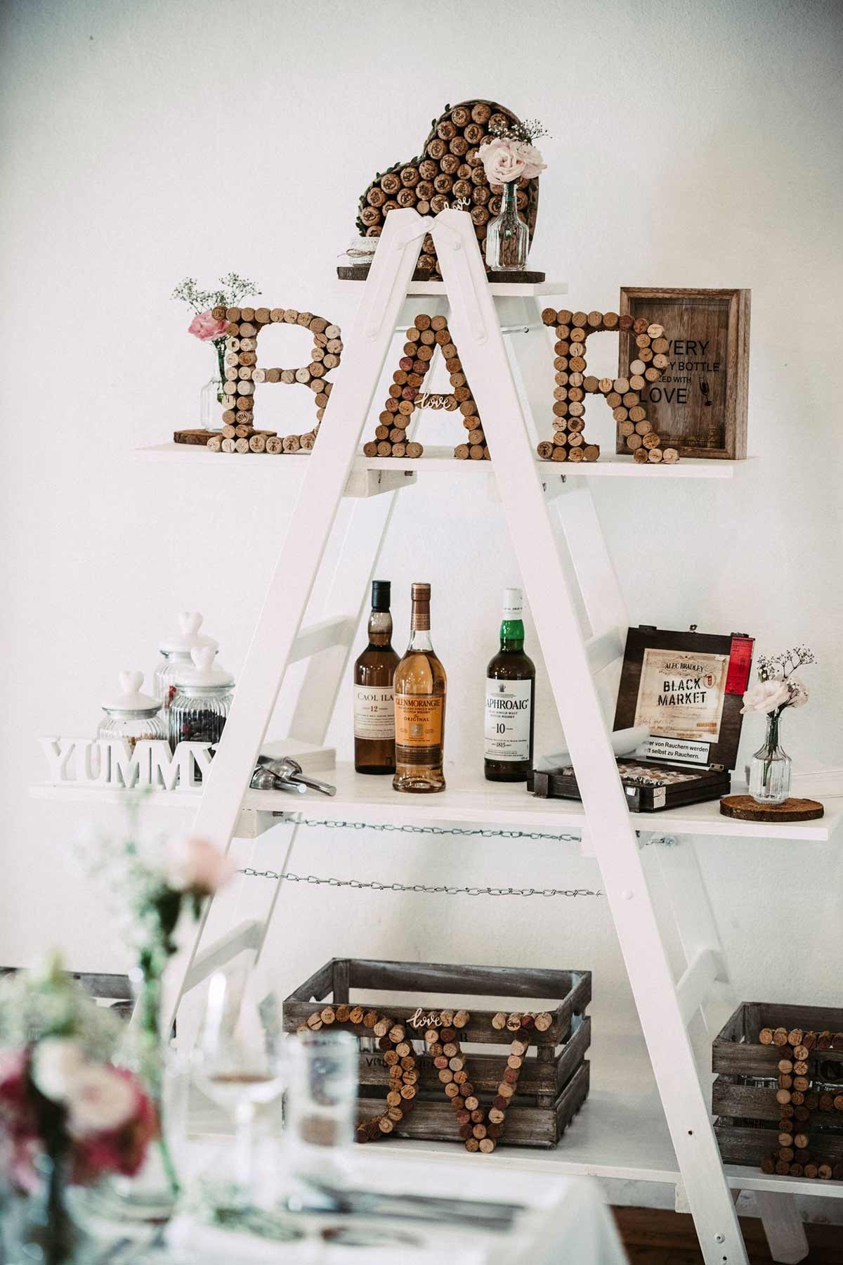 Eine DIY Bar mit Gin und Zigarren bei der Hochzeit