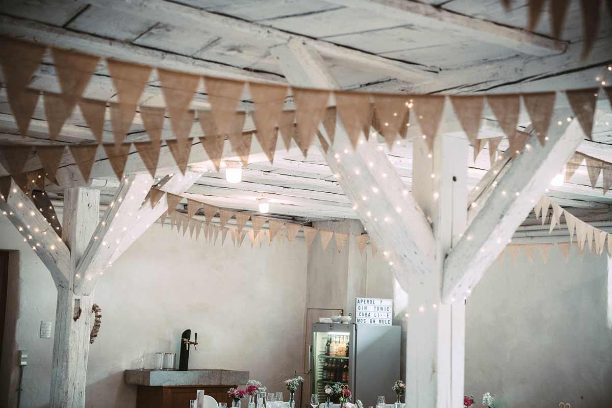 Wimpelgirlanden aus Jute bei der Vintage Hochzeit