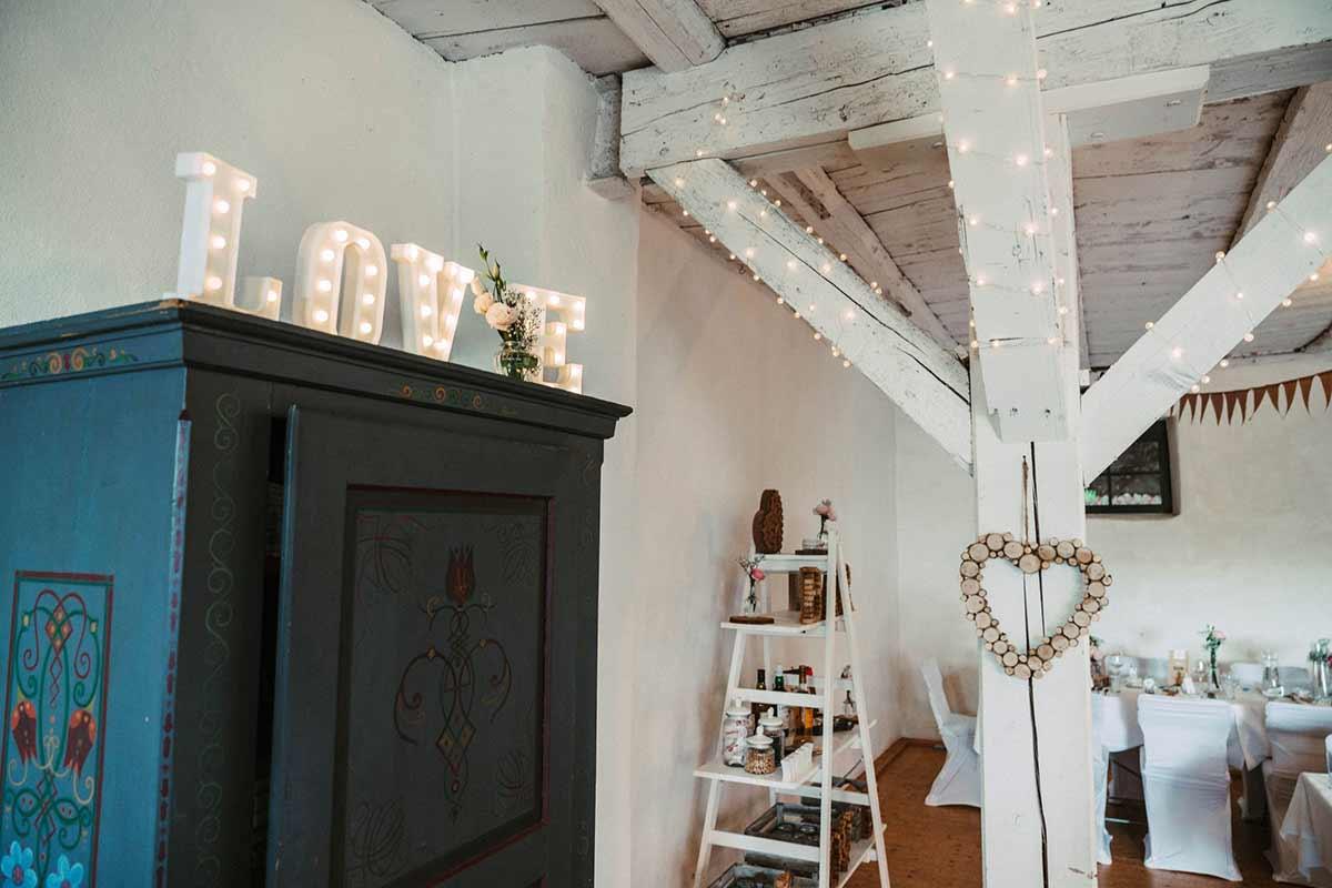 Dekoration mit Leuchtbuchstaben bei der Hochzeit