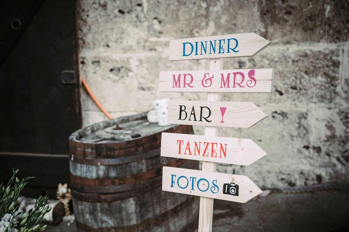 Holzschild als Wegweiser bei der Hochzeit