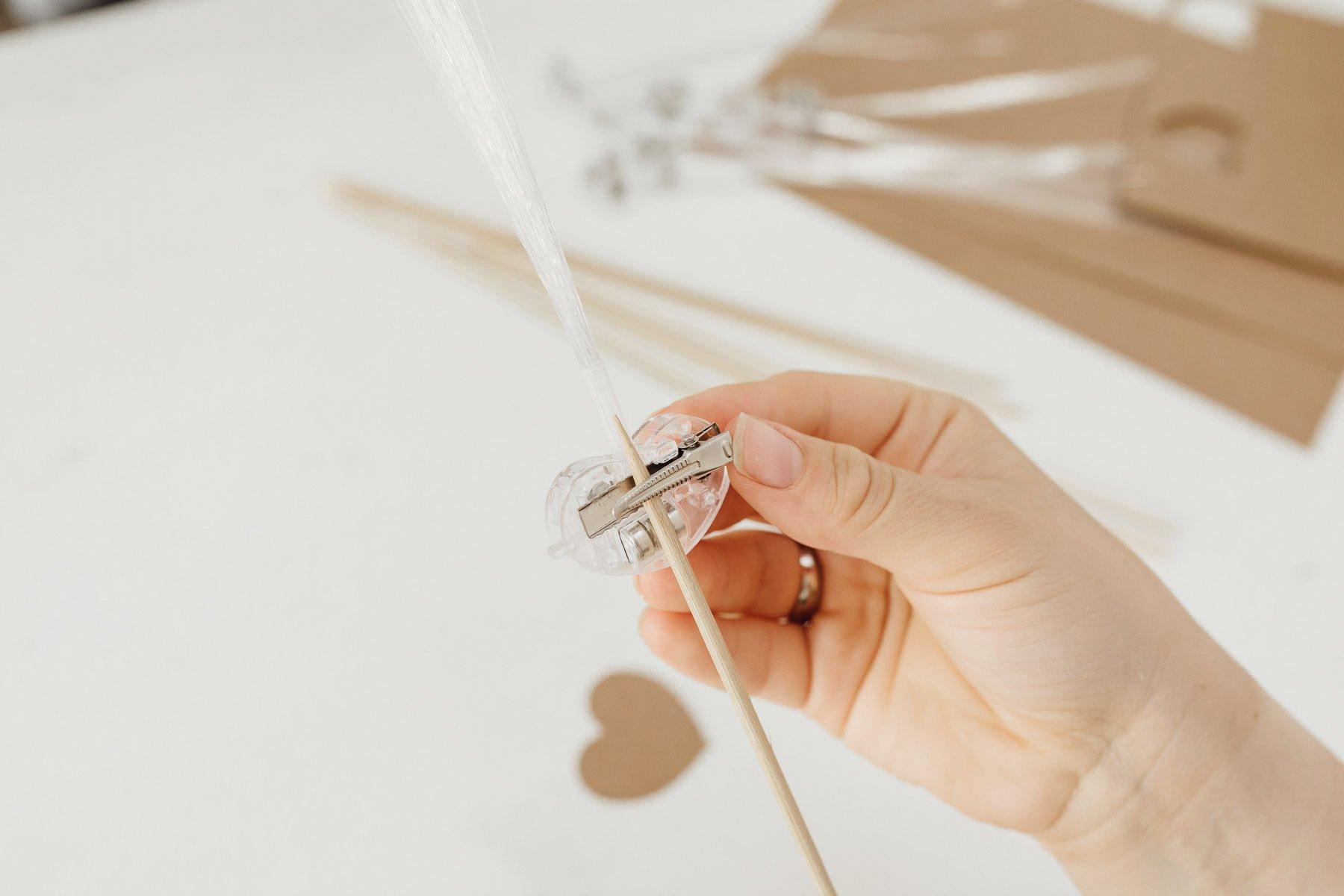 DIY Leuchtwedel für die Hochzeit: Unsere Bastelanleitung