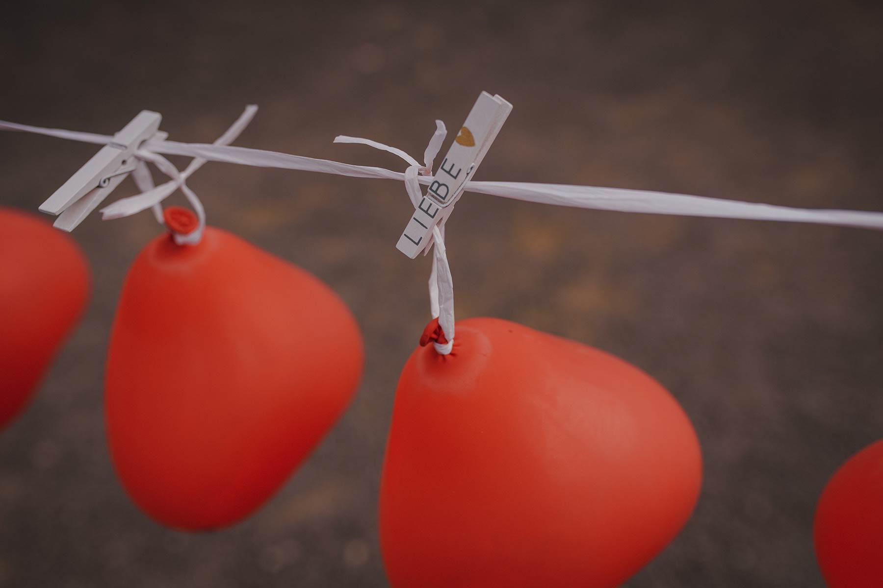 Ballonstechen als Hochzeitsspiel für Braut und Bräutigam