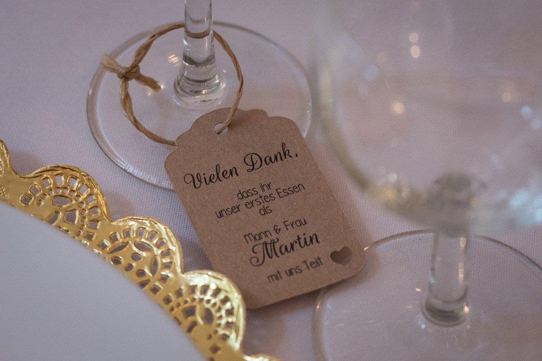 Anhänger für das Glas bei der Hochzeit