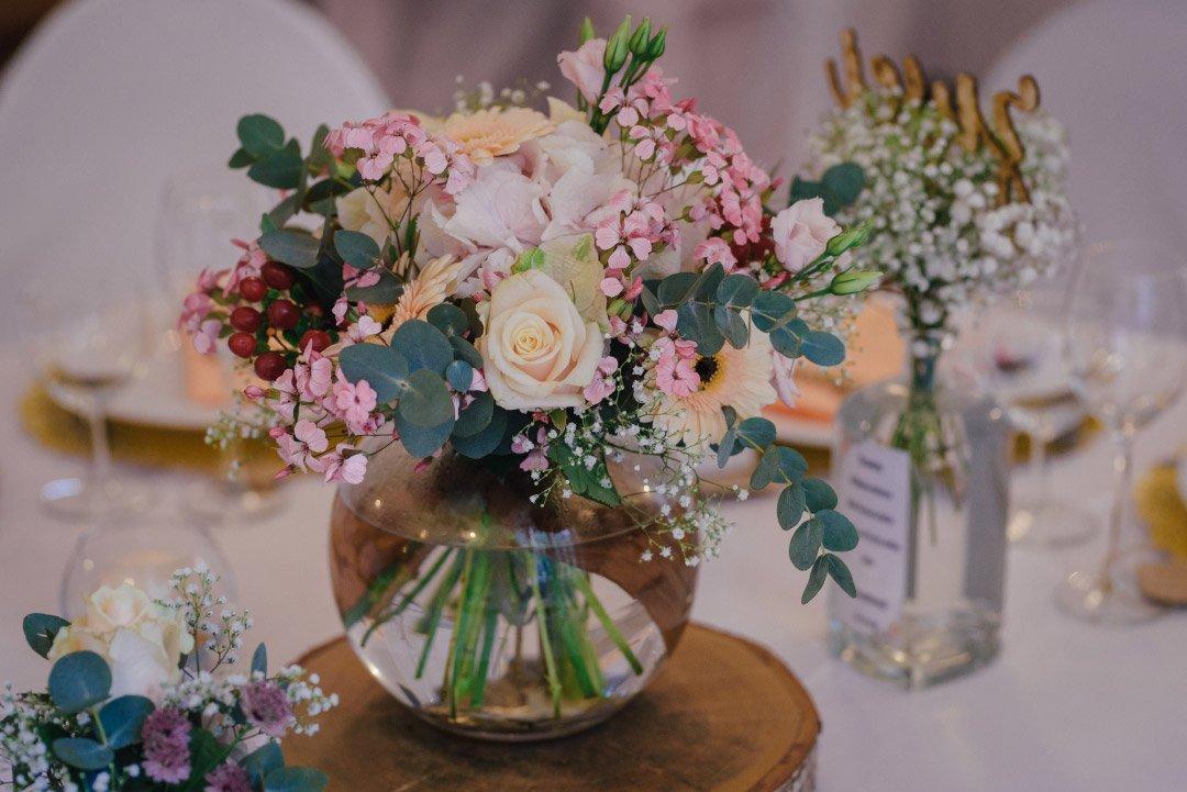 Dekoration mit Blumen bei der Hochzeit