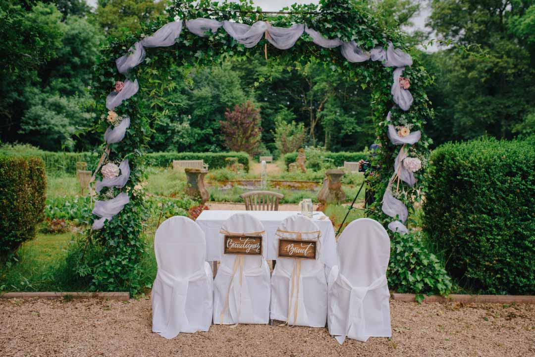 Traubogen und Stühle für das Brautpaar