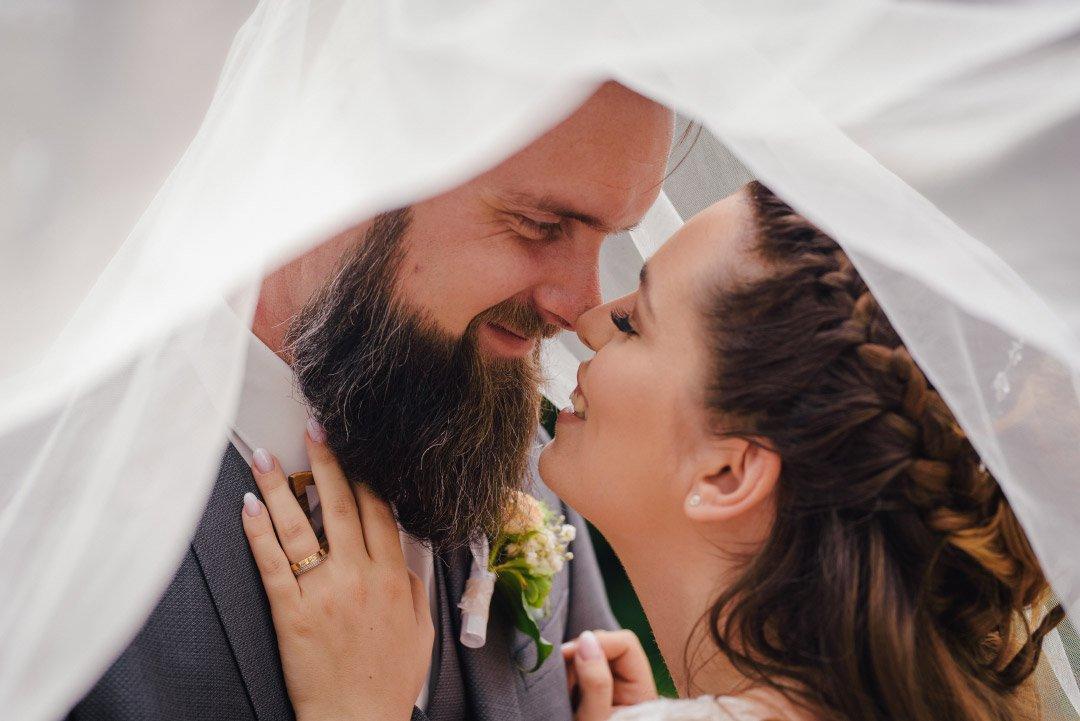Braut und Bräutigam unter dem Schleier
