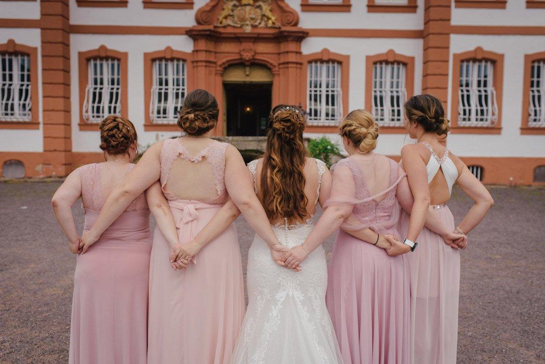 Braut zusammen mit Brautjungfern