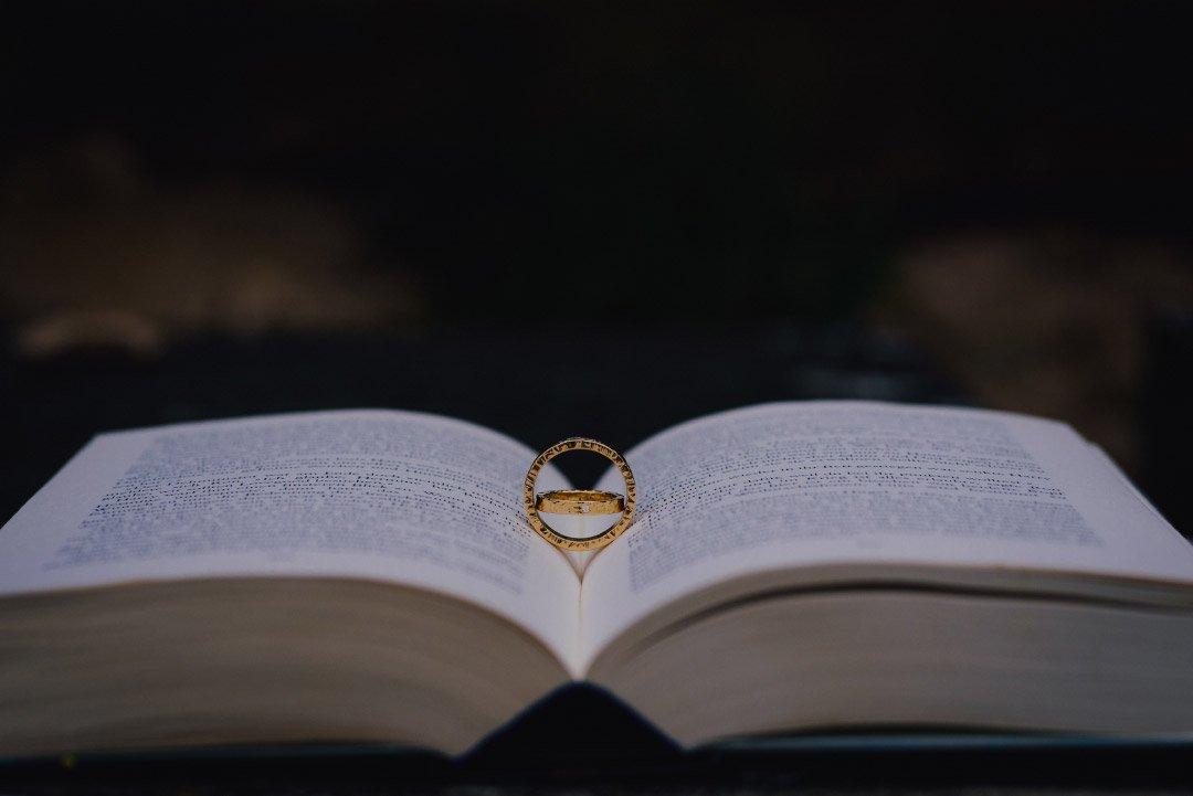 Eheringe in einem aufgeschlagenen Buch
