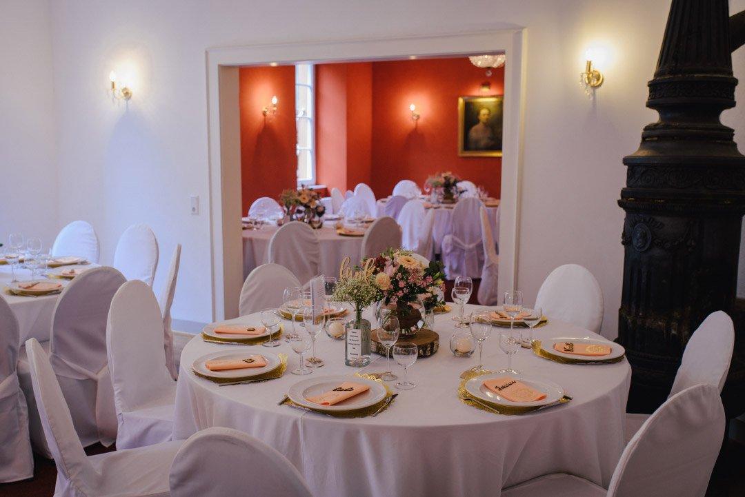 Tischdeko bei der Hochzeit mit Baumscheibe