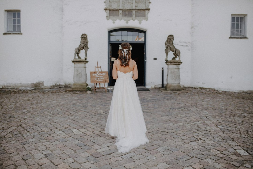 Bride Lena on the way to the wedding in the castle chapel Glücksburg