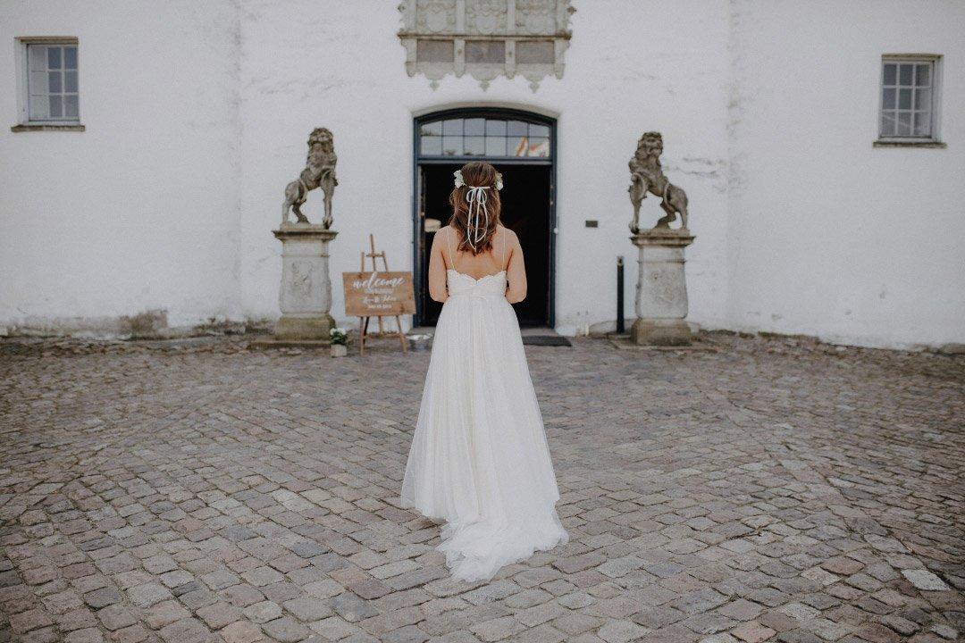 Braut Lena auf dem Weg zur Trauung in der Schlosskapelle Glücksburg
