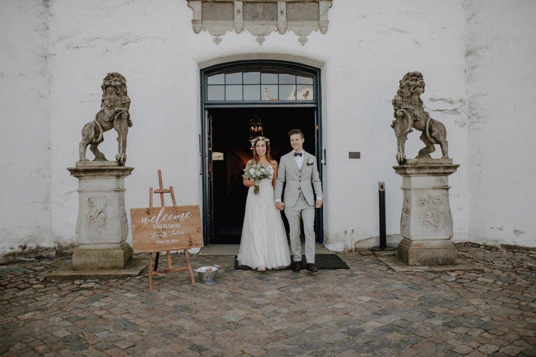 Braut und Bräutigam verlassen nach der Trauung die Kirche