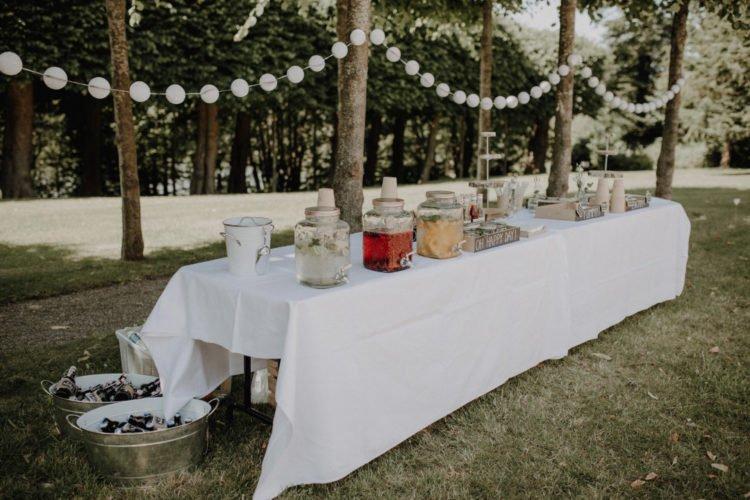 Outdoor Getränkebar bei der Vintage Hochzeit