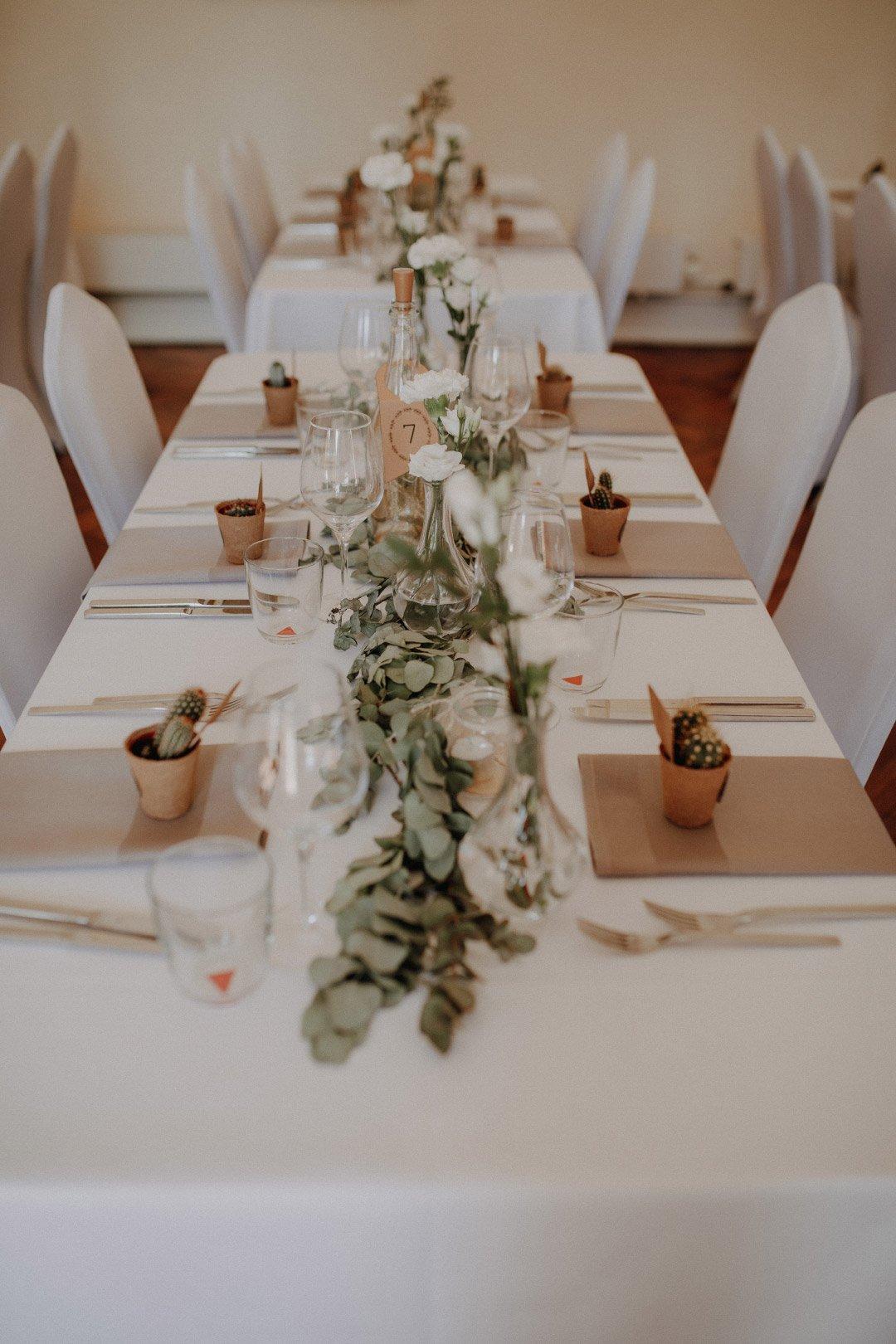 Schlichte und natürliche Tischdeko bei der Vintage Hochzeit