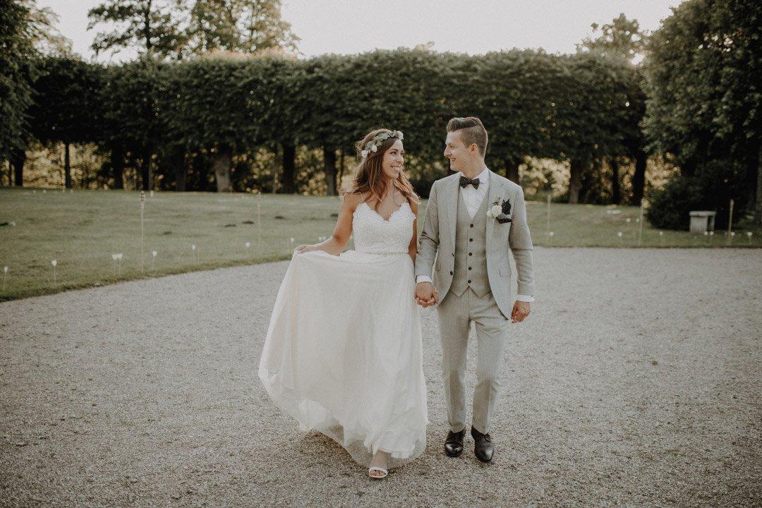 Braut und Bräutigam bei ihrer schlichten und natürlichen DIY Vintage Hochzeit auf Schloss Glücksburg