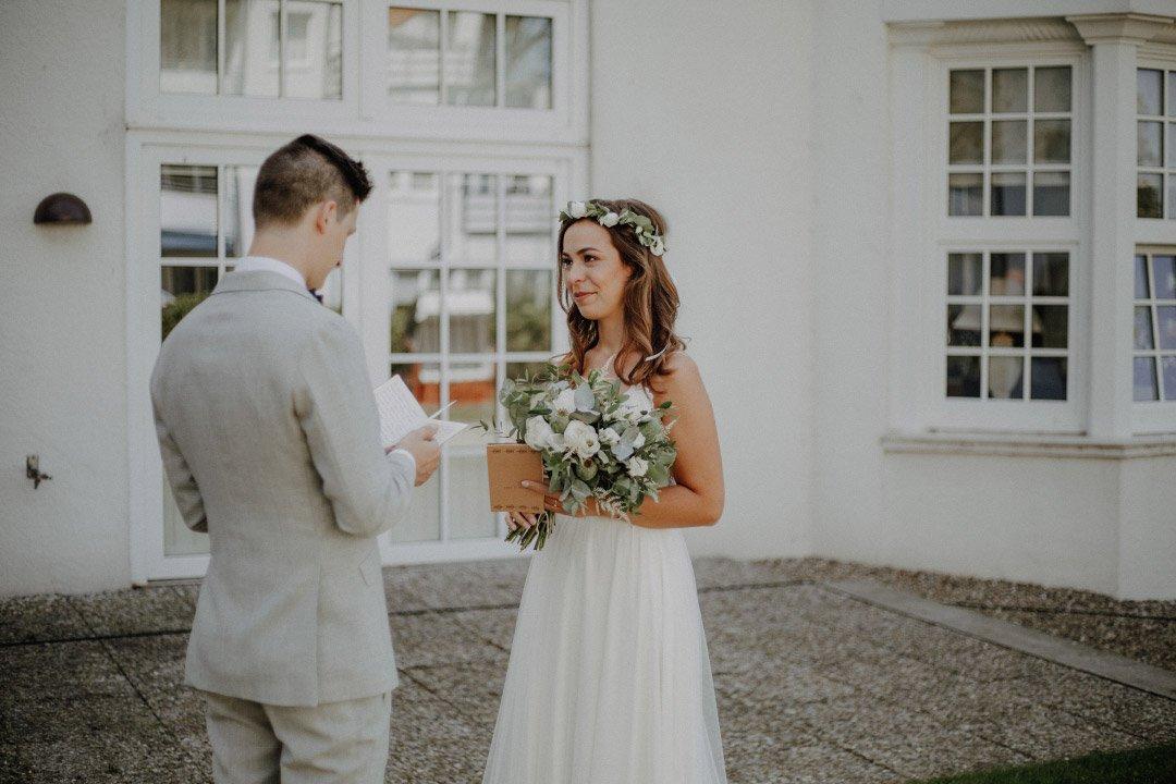 First Look von Braut und Bräutigam auf Schloss Glücksburg