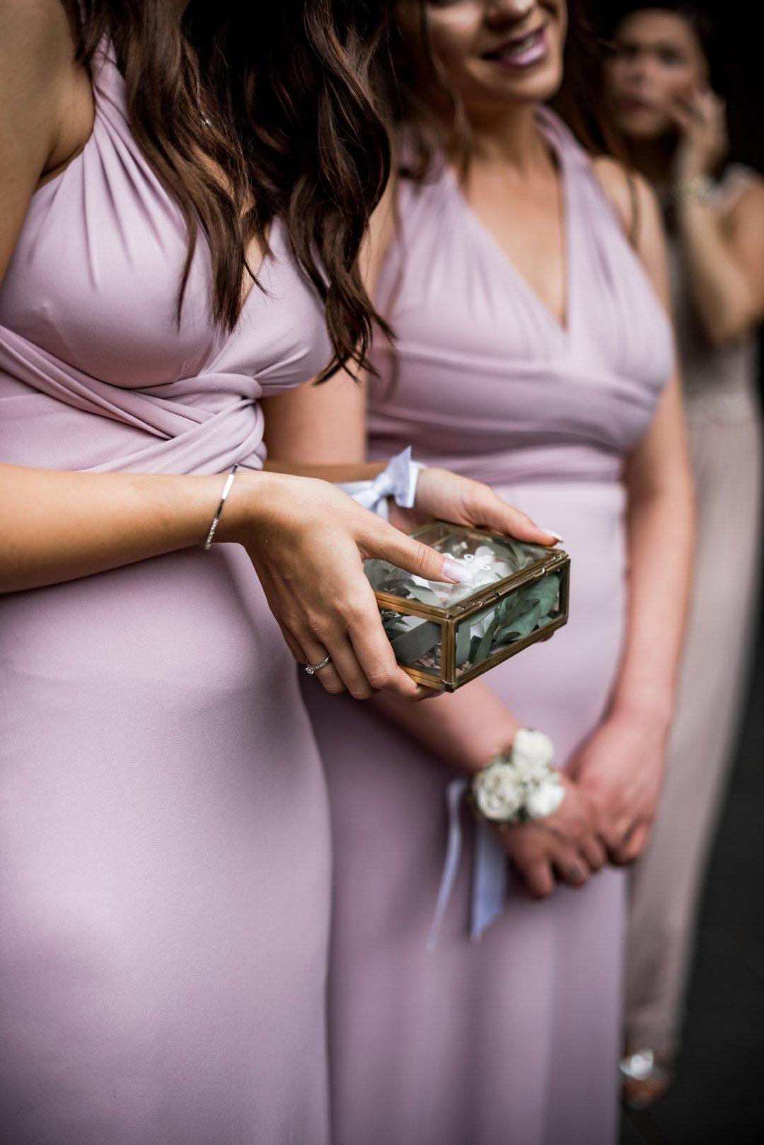 Brautjungfern halten Ringkästchen