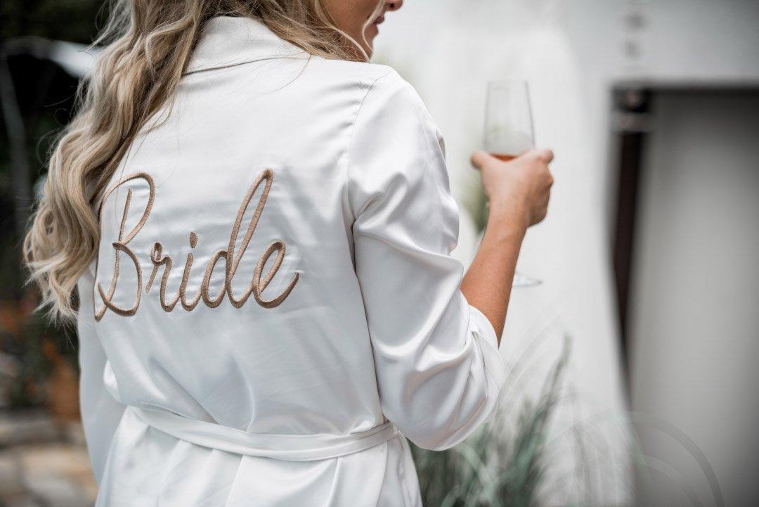 Braut im Morgenmantel