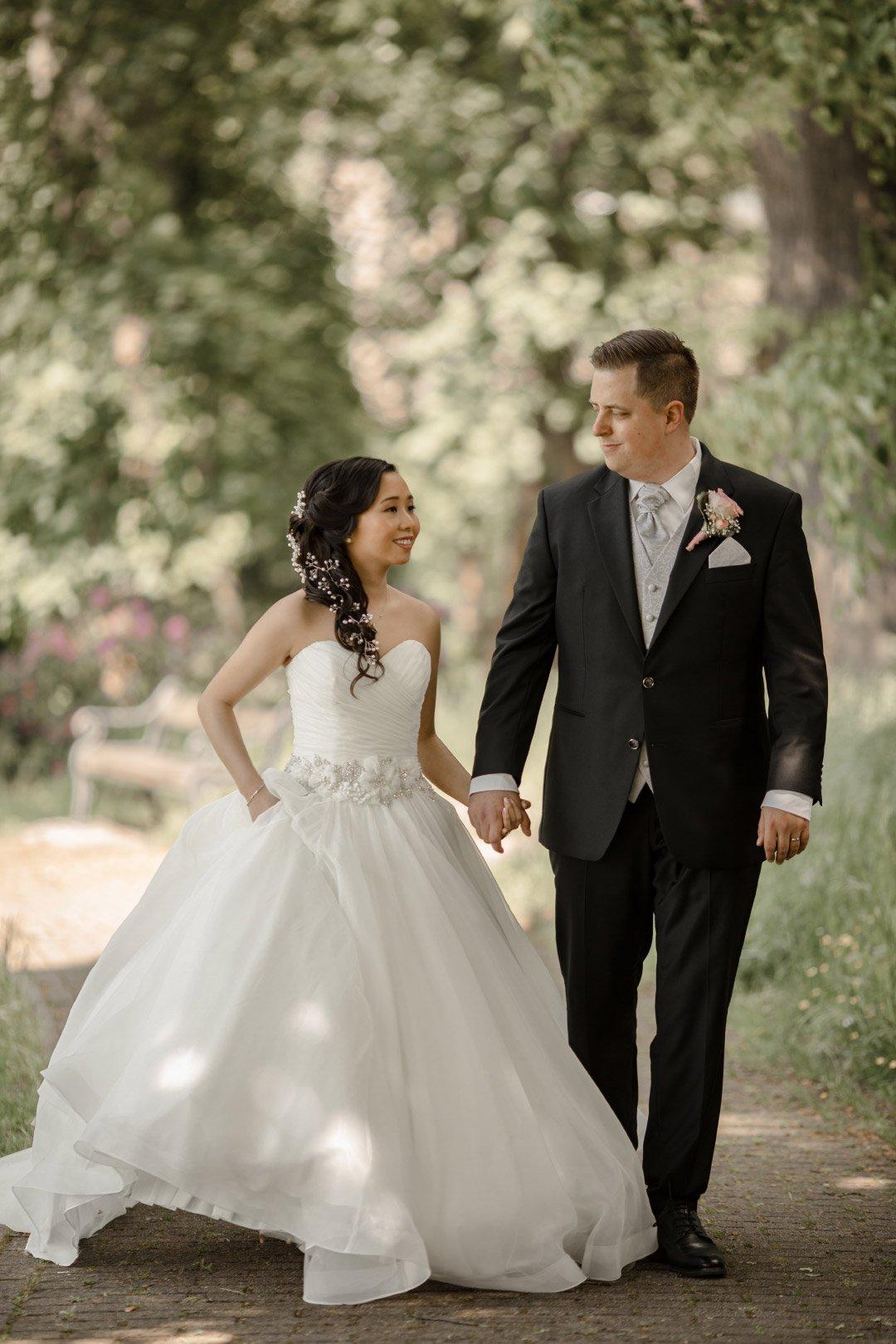 Brautpaar läuft Weg entlang