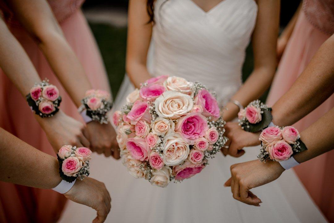 Brautstrauß und Blumenarmbänder