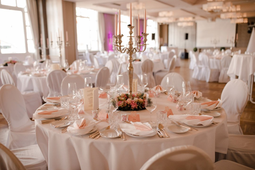 Tischdeko eines runden Tisches bei der Hochzeit