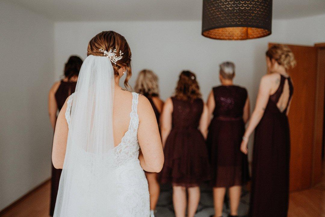 Getting Ready bei der Hochzeit in Roségold, weiß und viel Greenery