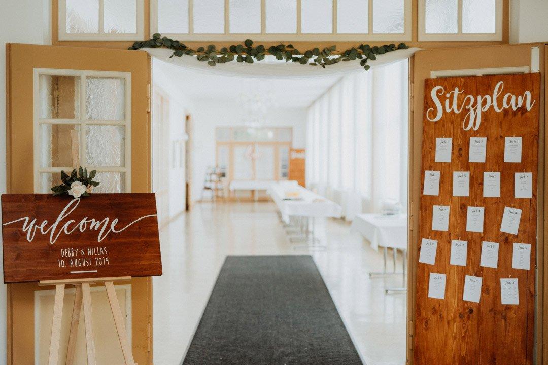 Willkommensschild und Sitzplan bei der Hochzeit aus Holz