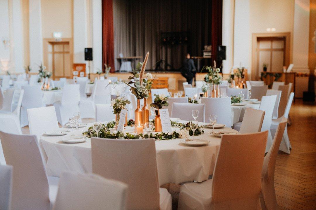 Hochzeit in Roségold, weiß und viel Greenery