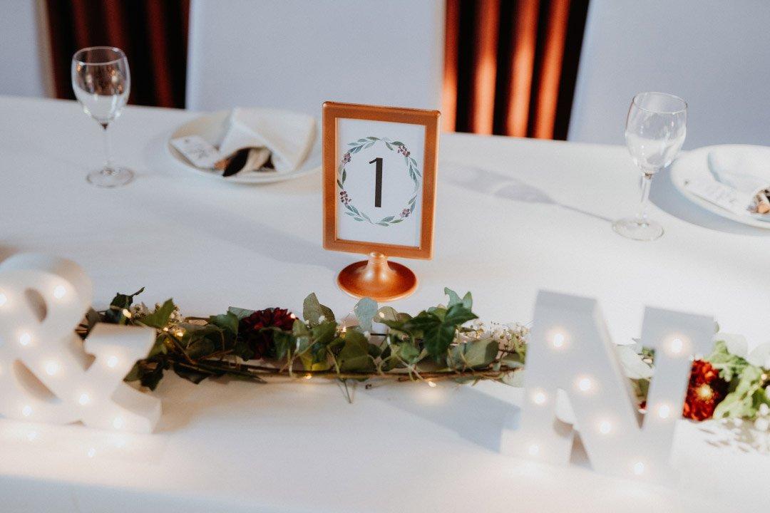 Tischnummer in einem lackierten Tolsby-Bilderrahmen