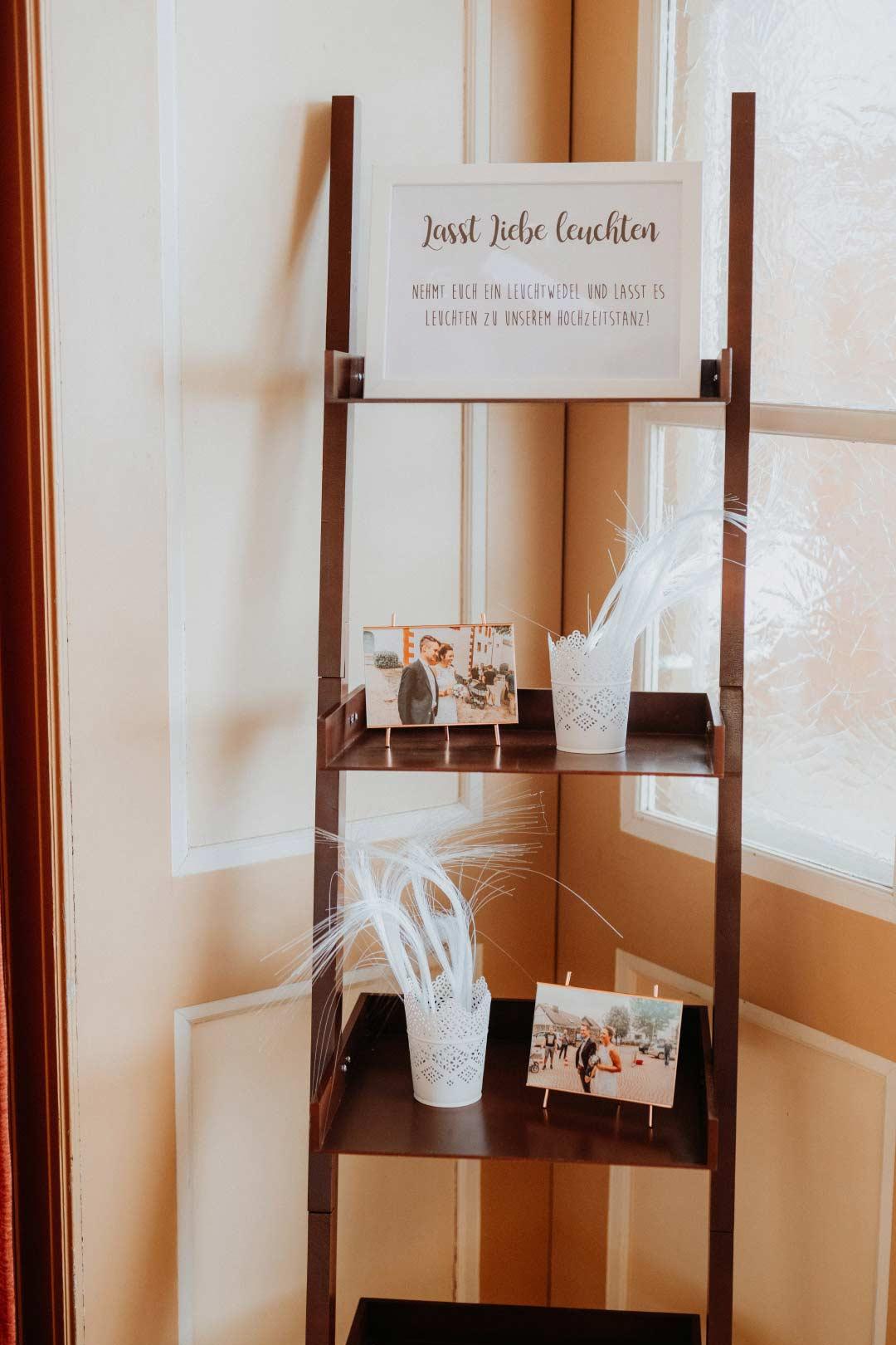 Lasst Liebe leuchten Schild bei der Hochzeit für Leuchtwedel
