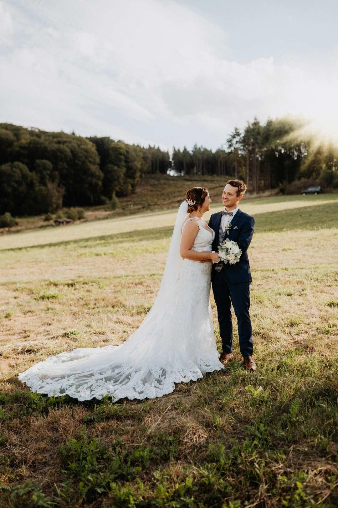 Paar-Fotoshooting bei der Hochzeit in Roségold, weiß und viel Greenery