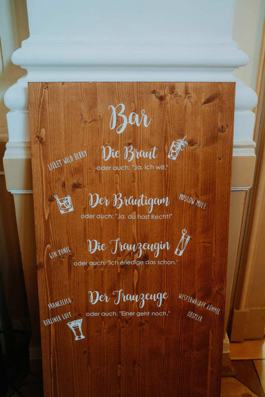 Holzschild für die Bar bei der Hochzeit