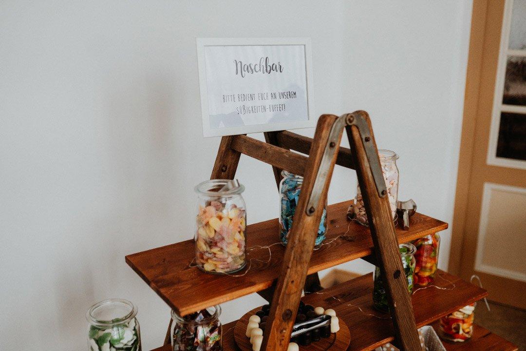 Candybar mit DIY Schild bei der Hochzeit