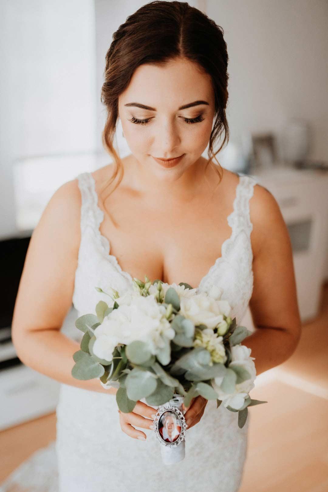 Brautstrauß im Greenery-Stil mit weißen Rosen