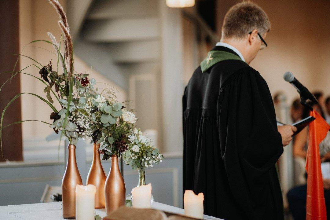 Altarschmuck in der Kirche im Greenery-Stil