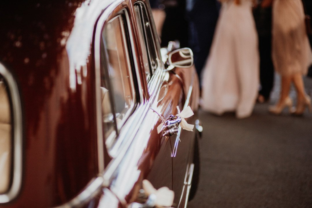 Autoschleifen am Oldtimer bei der Hochzeit