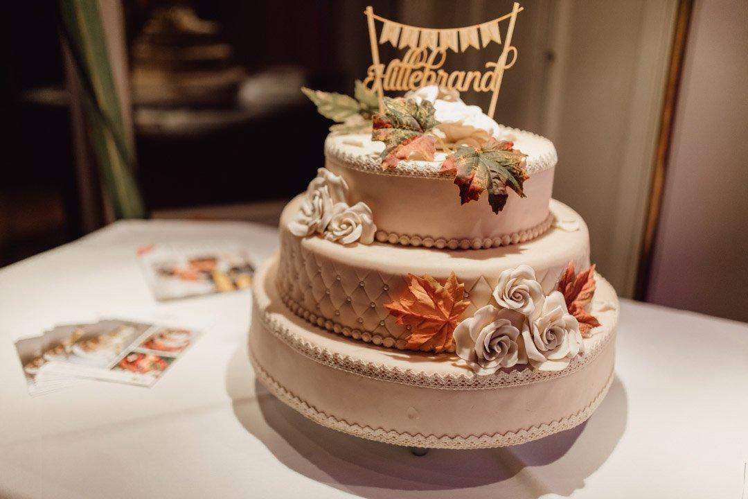 Hochzeitstorte mit einer Girlande als Caketopper