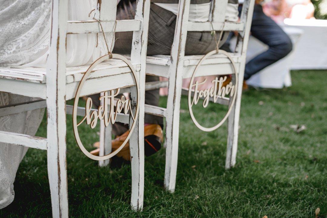 Stuhlanhänger für Braut und Bräutigam bei der freien Trauung
