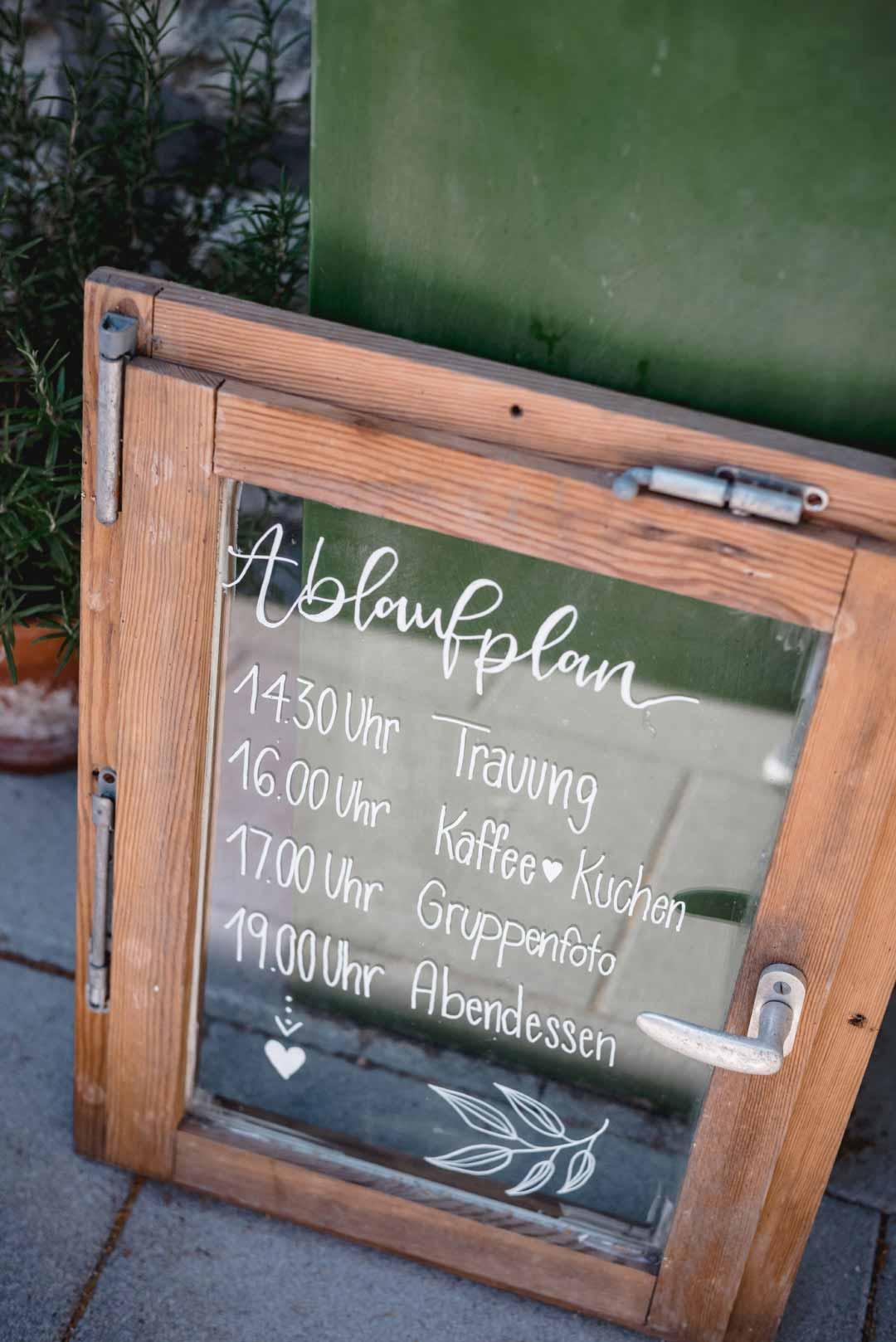 Ablaufplan bei der Hochzeit auf ein Fenster geschrieben