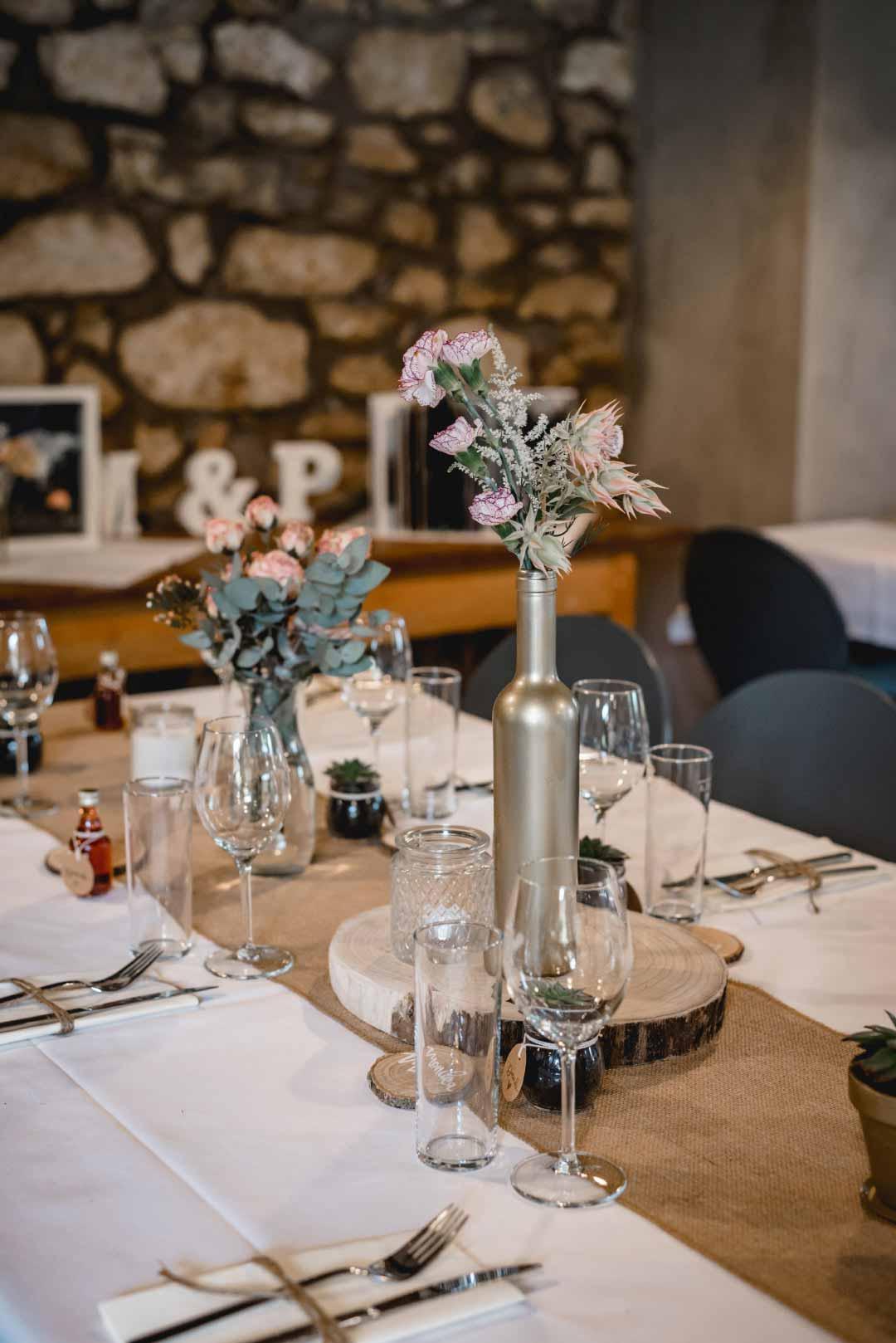 Rustic-Chic Tischdeko für die Hochzeitsfeier
