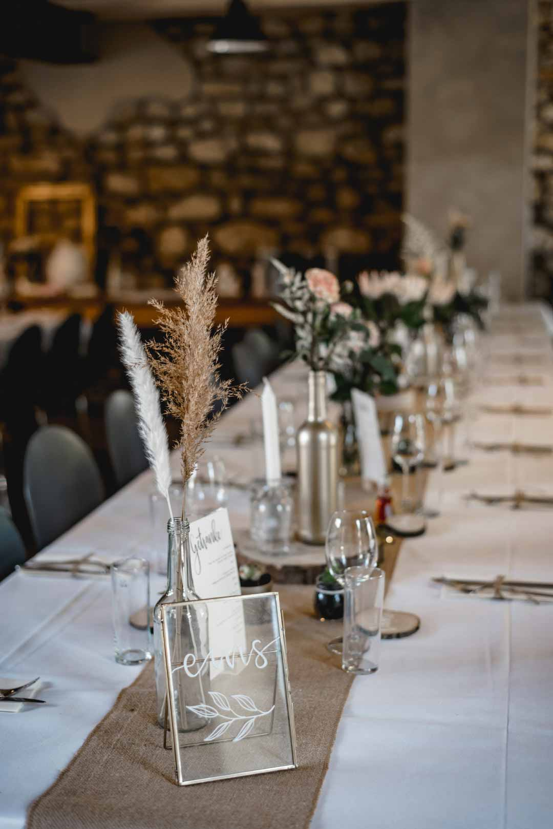 Tischdeko einer langen Tafel bei der Rustic Chic Hochzeit