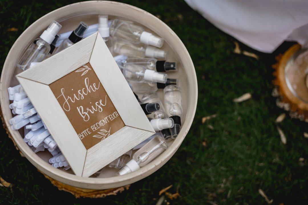 Kleine Wassersprays bei der Hochzeit für eine frische Brise