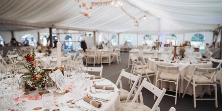 Authentische Vintage-Hochzeit in einem großen Zelt