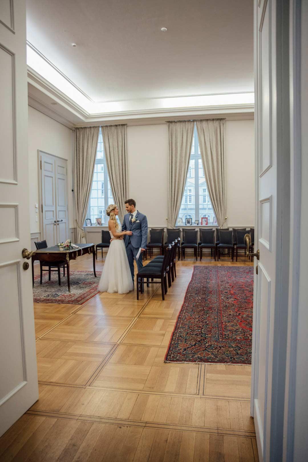 Braut und Bräutigam im Trauzimmer im alten Rathaus Bonn